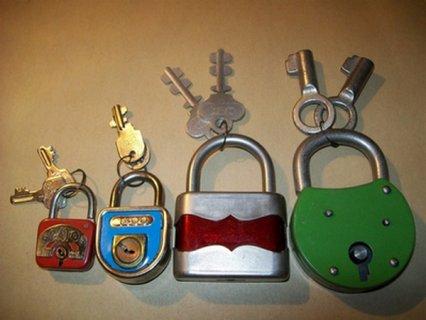 أقفال ومفاتيح قديمة