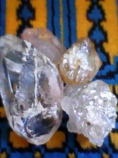الماس والزركون والياقوت الوردي وغيرهم