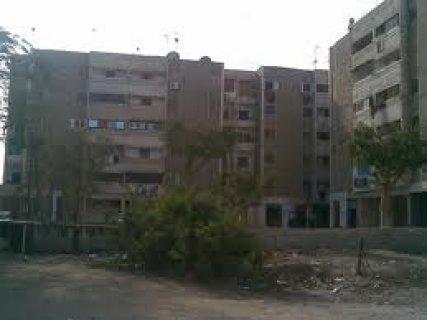 شقه للايجار بالحى الرابع بموقع مميز تطل على شارع رئيسى مساحه 94م