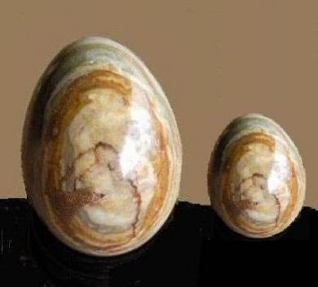 للبيع حجرين من الكوارتز نحتتهما الطبيعه بصورة بيضتى نسر
