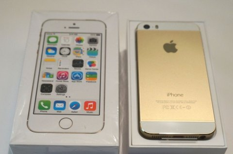 Selling Gold Apple iPhone 5S 64GB (BBM Chat: 27F0B9BE)