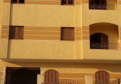 شقه كبيره لقطه 150م للبيع بالديكورات في منطقة حيوية بالملك فيصل