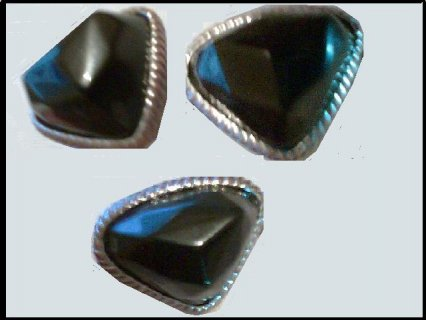 خاتم من العصر المملوكى يحمل قطعة ياقوت كبيره جدا