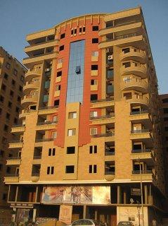 شقة 168م امام نادى الفروسية بجوار كارفور المعادى