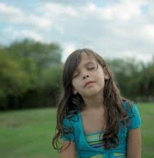 فتاة بيضاء جميلة رشيقة
