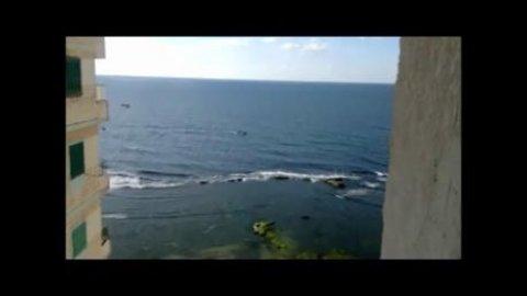 شقة للبيع ♪ ☼ ♪ على البحر مباشرة ♪ ☼ ♪