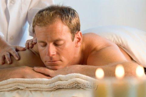 تمتع بجلسات الإسترخاء و الهدوء والإستجمام على ضى الشموع الخافتة*