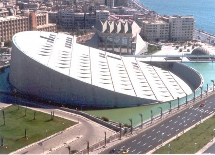 للبيع شقة بجوار مكتبة الإسكندرية ومجمع الكليات عالبحر لها حصة عق