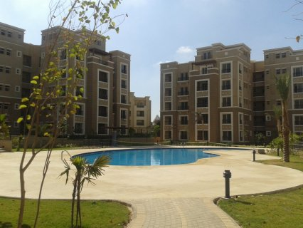 شقة للبيع استلام فوري بفيو علي حمام السباحة و حدائق بالتجمع