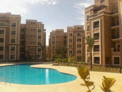 شقة للبيع تطل علي حمام السباحة استلام فوري بالتجمع الخامس