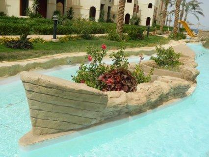 شاليه لقطه  بالعين السخنة بالفرش وحديقة يطل على حمام سباحة 90م