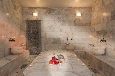 فى احدث غرفة بخارٍِ)حمام مغربى وتكييس وتعطير الجسم وماسك للوجه