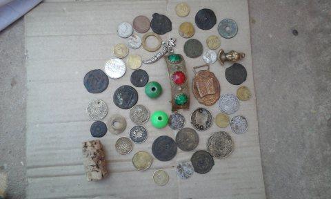 مجموعة من التحف والقطع النقدية القديمة