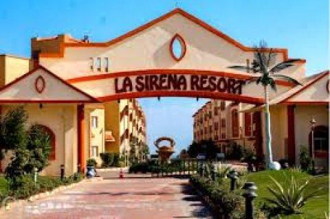 استمتع بخدمات فندقية فى لاسيرينا فى شاليه 135م بروف خاص
