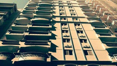 شقة رائعة بالسيوف مساحتها 135م مرخصة.. برج جديد..تسهيلات فى السد