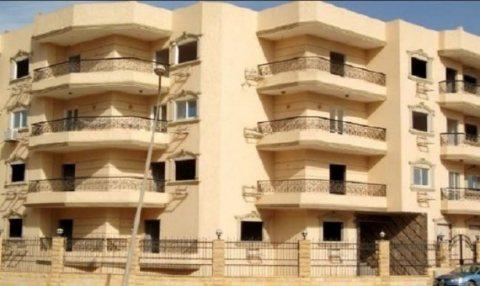 شقة للبيع تطل على شارع رئيسى بالحى العاشر بمدينة 6 اكتوبر
