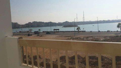 شقة للبيع علي البحر بمطروح بنسبة مقدم 30%