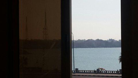 شقة لقطة بمرسي مطروح علي البحر مباشرة للبيع