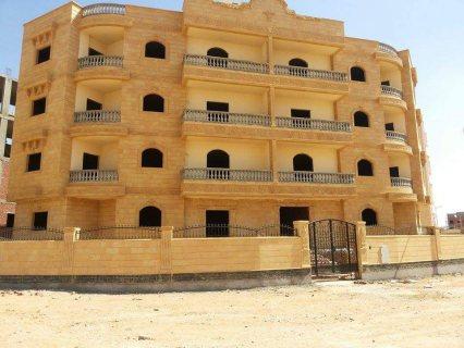 عمارة  بالحي الثامن موقع مميز جدا  بالقرب من الحصري والجامعة ناصية ممر