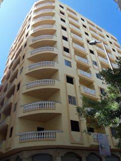 شقة مميزة للبيع ببرج راقي بشارع مدينة مبارك الرئيسي مساحة 210 متر.