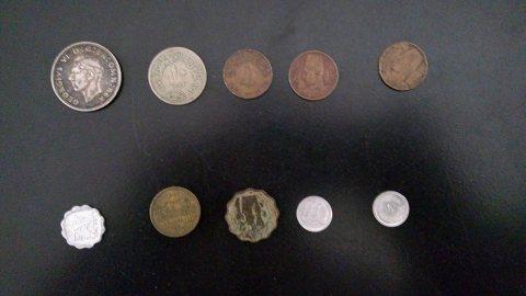 لوحات فنية وقطع نقدية وتحف قديمة
