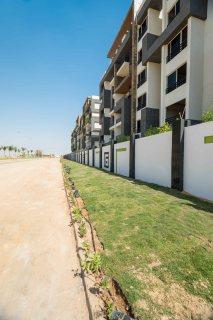 هاتملك شقة بمساحة144م بكموند كنز حدائق 6اكتوبر الشقة مكونة من (3غرف -