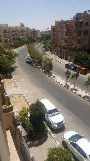 شقة حى اول فى الشارع الفاصل تحفة