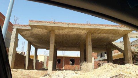 قطعه ارض سكنيه للبيع بها مبنى دور ارضي ببرج العرب الجديده