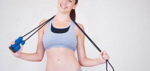 نط الحبل رياضة بسيطة تساعد على تشغيل كثير من عضلات الرجلين والبطن