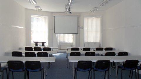 متاح قاعات للتدريب و الكورسات تبدأ من 5 افراد حتى 100 فرد