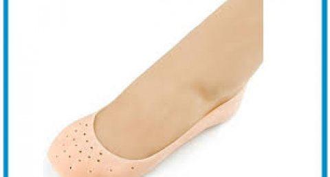 زوج من جوارب السيليكون تستخدم لاكساب القدمين نعومه