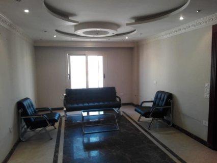 مكتب ادارى140م ٢ غرفه ريسبشن حمام مطبخ بالتكيفات سوبر لوكس دور٣ اسانسير